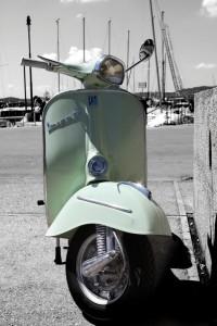 mooie-vespa-scooter-in-italiaanse-haven